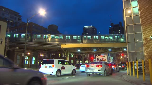 brown line elevated train in downtown chicago, il. - chicago elevated stock-videos und b-roll-filmmaterial