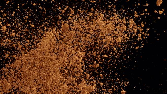 vidéos et rushes de collision de sucre slo mo brun sur fond noir - heurter