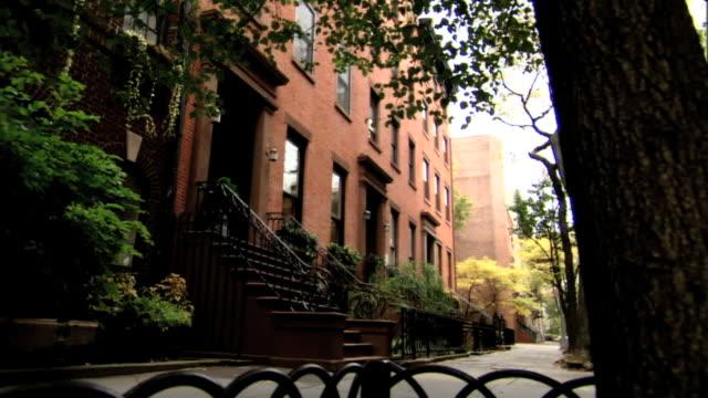 stockvideo's en b-roll-footage met brownstone townhouses & sidewalk, black fence & half of tree fg, iconic, upscale neighborhood . no people or cars, wealth. - stadswoning