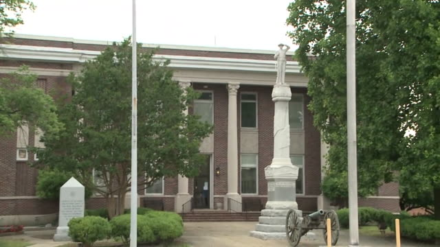 vidéos et rushes de wreg brownsville tn us traffic in area of the 1908 haywood county confederate statue in brownsville located in front of county courthouse in town... - écriture européenne