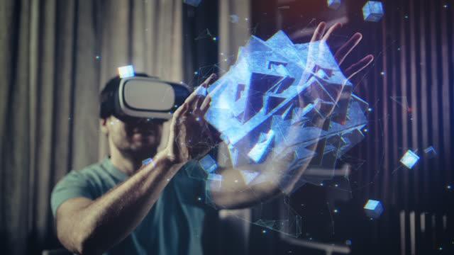 durchsuchen eines hologramms in virtual reality brillen - schutzbrille stock-videos und b-roll-filmmaterial