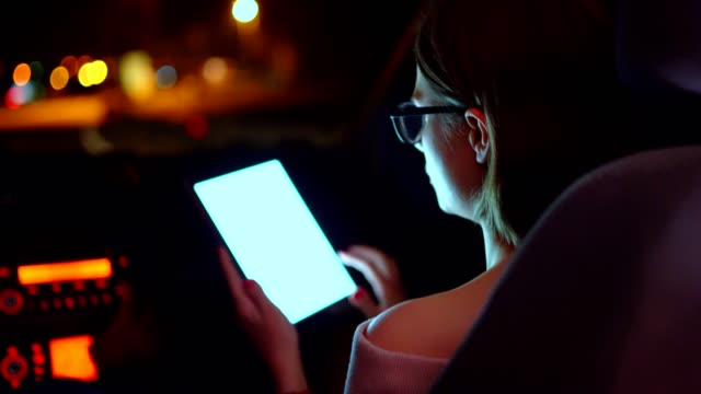 vídeos y material grabado en eventos de stock de navegar por internet en la tableta mientras viaja - sólo mujeres jóvenes