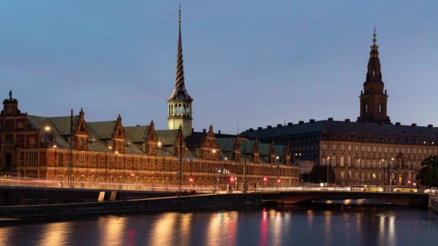 ボルセン コペンハーゲン証券取引所 ボルセン運河 デンマーク 夜タイムラプス 4k - 王宮点の映像素材/bロール