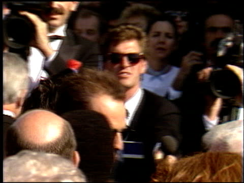 stockvideo's en b-roll-footage met bruce willis at the 1986 emmy awards at the pasadena civic auditorium in pasadena, california on september 21, 1986. - emmy awards