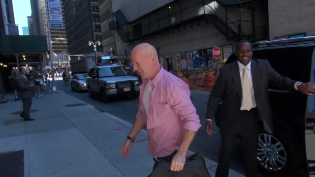 bruce willis at the 'late show with david letterman' studio bruce willis at the 'late show with david letterma on august 29 2012 in new york new york - bruce willis stock-videos und b-roll-filmmaterial