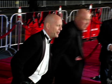 bruce willis at the 'ocean's twelve' los angeles premiere arrivals at grauman's chinese theatre in hollywood california on december 8 2004 - bruce willis stock-videos und b-roll-filmmaterial