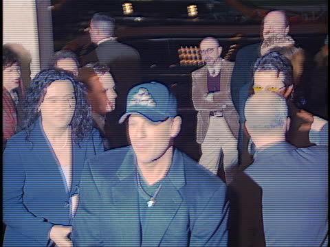 bruce willis at the the whole nine yards premiere at century city in century city ca - komplett stock-videos und b-roll-filmmaterial