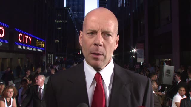 vidéos et rushes de bruce willis on why after 12 years he decided to reprise the role of john mcclane what we can expect from the film and if this will be the last 'die... - en dernier