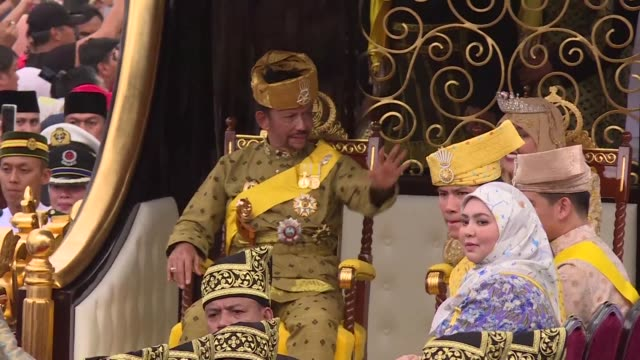 vídeos y material grabado en eventos de stock de brunei's all powerful sultan marks 50 years on the throne with lavish celebrations including a glittering procession a 21 gun salute and a ceremony... - brunéi
