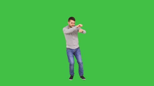 vídeos y material grabado en eventos de stock de brunet man dancing - encuadre de cuerpo entero