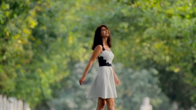 vídeos y material grabado en eventos de stock de chica morena en blanco y negro vestido caminando por el callejón - admiración