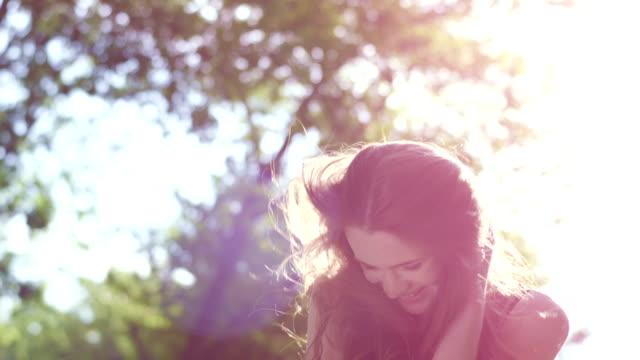Brunette Mädchen Lächeln im Sonnenuntergang.