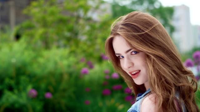brunette mädchen lächeln im sonnenuntergang. - sexy teen stock-videos und b-roll-filmmaterial