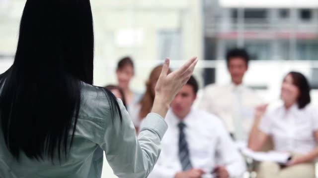 vidéos et rushes de brunette giving a speech - chemise et cravate