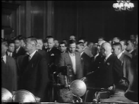 vidéos et rushes de bruno hauptmann being led to podium in courtroom / lindbergh kidnapping / newsreel - 1935