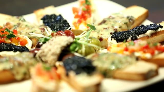 bruschetta - cucina mediterranea video stock e b–roll