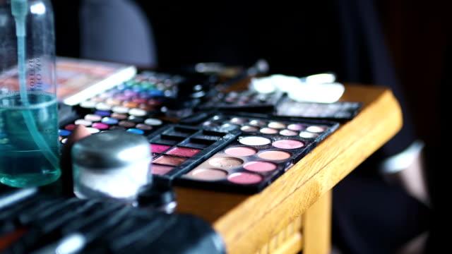 set mit Pinsel für make-up auf Tisch