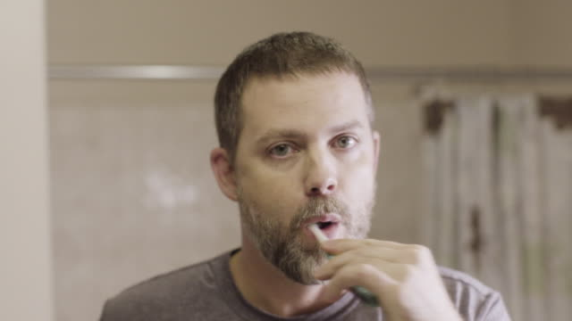vídeos de stock, filmes e b-roll de brushing teeth - escovar dentes