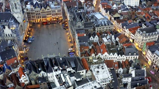 stockvideo's en b-roll-footage met brussel belgië drone luchtlucht viel van de grote markt brussel het stadhuis van de stad, en het koningshuis of breadhouse. luchtdownoown stad - binnenstad