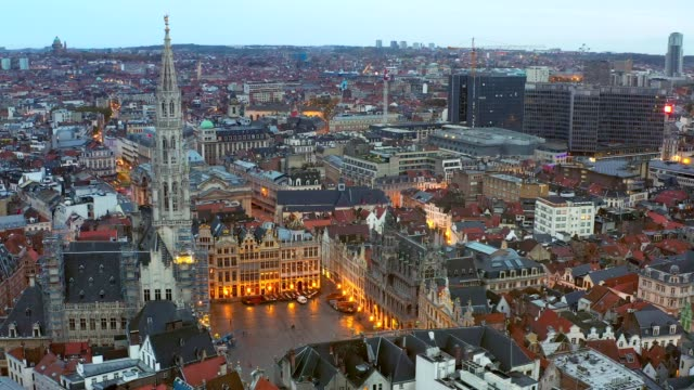 brussels belgium drone aerial viel of grand place brussels the city's town hall, and the king's house or breadhouse. aerial downoown city - regione di bruxelles capitale video stock e b–roll
