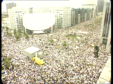 gvs mass white protest march against police incompetence and coverup - marschieren stock-videos und b-roll-filmmaterial