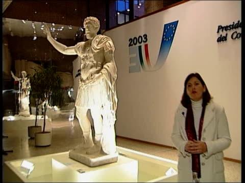 vídeos y material grabado en eventos de stock de eu constitution deadlock ms statue pull out i/c journalist working at small personal organiser - personal organiser