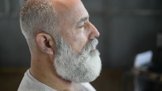 vidéos et rushes de barber clipper mows barbu brutal adulte senior bas - barber shop