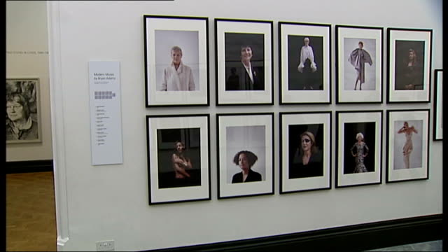 vidéos et rushes de bryan adams photography exhibition music overlay unidentified music bryan adams celebrity portraits exhibited in gallery music ends - bryan adams