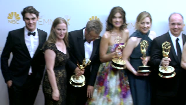 vidéos et rushes de bryan cranston, aaron paul, anna gunn, betsy brandt, vince gilligan, and the cast and crew of 'breaking bad' - 66th primetime emmy awards - photo... - emmy awards