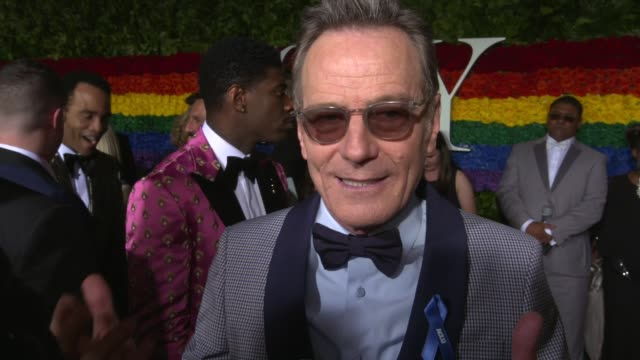 vídeos y material grabado en eventos de stock de interview bryan cranston on what he's looking forward to tonight at 73rd annual tony awards arrivals at radio city music hall on june 09 2019 in new... - radio city music hall