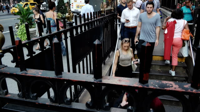 stockvideo's en b-roll-footage met bryant park 42nd st. subway station entry, manhattan – new york city - metrostation