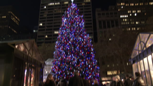 bryant park christmas tree - holiday shoppers & tourists - bryant park stock videos & royalty-free footage