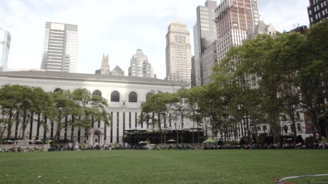bryant park establishing shot - new york city - summer 2016 - bryant park stock videos & royalty-free footage