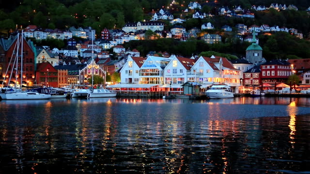 bryggen buildings at night in bergen - establishing shot点の映像素材/bロール