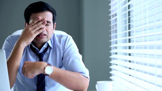 bsinessman looking stressed, delhi, india - hemd und krawatte stock-videos und b-roll-filmmaterial