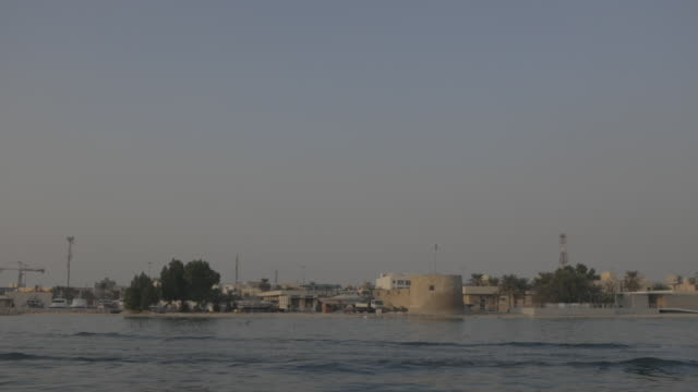 bu maher fort. wide view of the 19th century bu maher fort from the sea. - ペルシャ湾点の映像素材/bロール