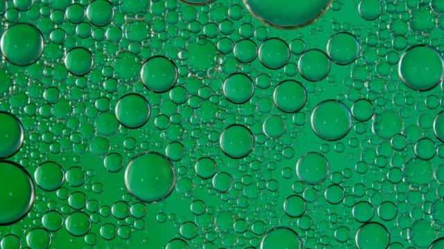 blase fließt auf wasserhintergrund - halswirbelsäule stock-videos und b-roll-filmmaterial