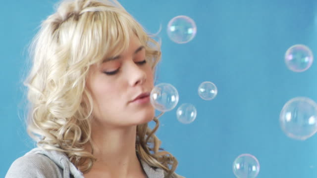 ragazza con bolle - soffiare video stock e b–roll