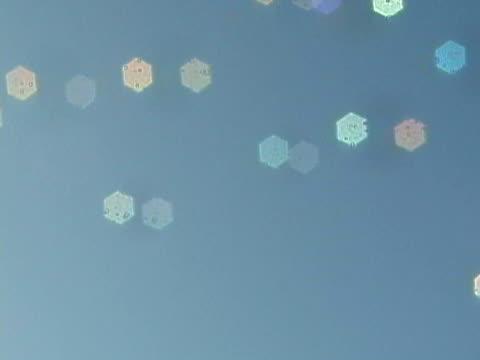 vídeos de stock e filmes b-roll de cu, defocus, bubbles floating against clear sky - pastel