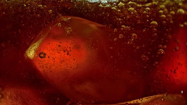 slo mo ld bubbles in einem erfrischungsgetränk mit eiswürfeln - cola stock-videos und b-roll-filmmaterial
