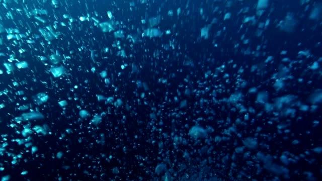 、泡を移動水 - 水中点の映像素材/bロール