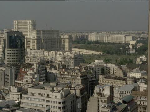 stockvideo's en b-roll-footage met bucharest skyline ceaucescu's palace world's second biggest building in background - jaar 2000 stijl