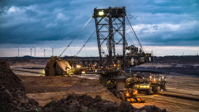 bucket wheel excavator auf braunkohle mine - steinbruch stock-videos und b-roll-filmmaterial