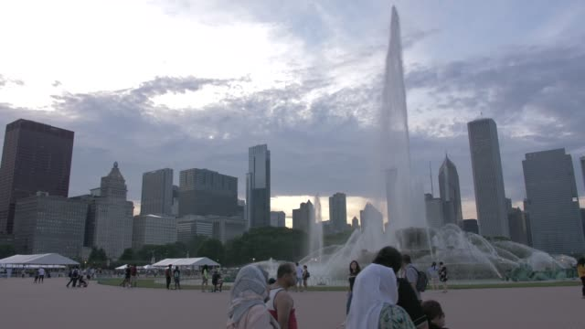 buckingham fountain and city skyline at dusk, grant park, chicago, illinois, united states of america, north america - north stock videos & royalty-free footage