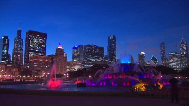 buckingham fountain at night in chicago time lapse. - buckingham fountain stock videos & royalty-free footage