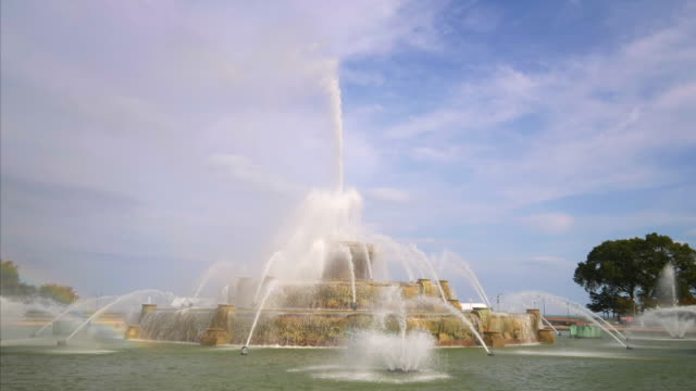 buckingham fountain during the day at grant park in chicago, illinois - buckingham fountain stock videos & royalty-free footage