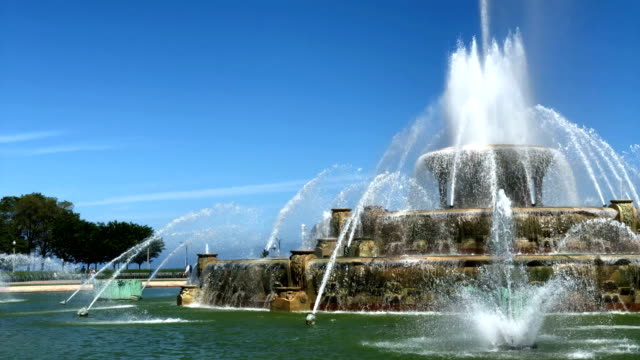 buckingham fountain in chicago - buckingham fountain stock videos & royalty-free footage