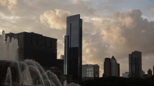 buckingham fountain in foreground skyscrapers and clouds in background - buckingham fountain stock videos and b-roll footage