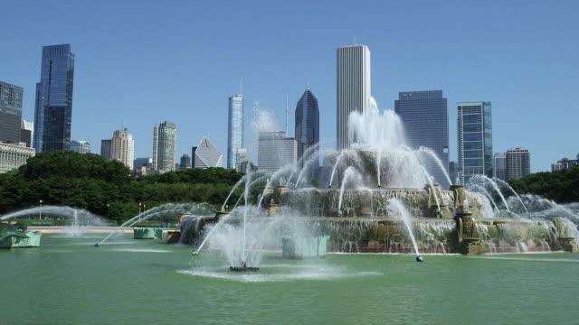 Buckingham Fountain in Grant Park (Daytime)