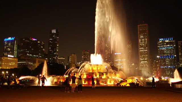 buckingham fountain in grant park (nighttime) - buckingham fountain stock videos & royalty-free footage